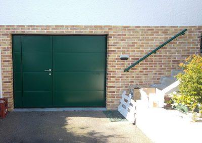 Porte basculante MOOS avec portillon_coloris vert 6005