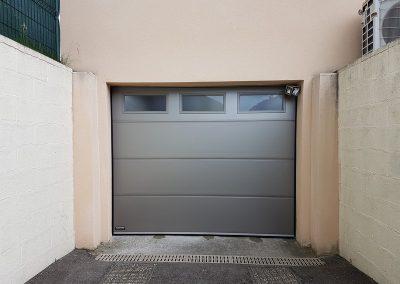 Porte de garage motorisée avec hublots