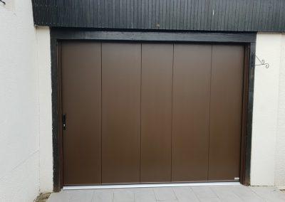 Porte de garage sectionelle latérale manuelle
